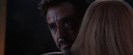 Stark abrazando a Pepper
