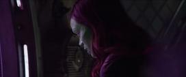 Gamora escucha a Thor