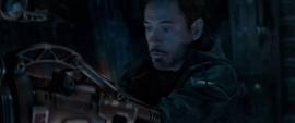 Stark ayuda a aterrizar la nave