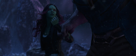 Thanos sostiene a Gamora