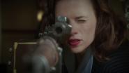 Carter revisa la mira del rifle