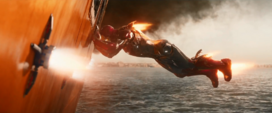 Iron Man empuja el yate