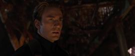 Rogers interroga a Thanos por las Gemas