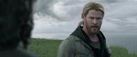 Thor se molesta con Loki por provocar la muerte de Odín