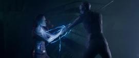 Gamora sostiene el arma de Nebula