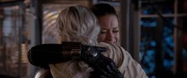 Hope abraza a Janet