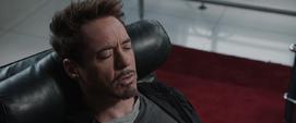 Stark contando su historia a Banner