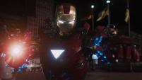 Iron Man amenazando a Loki