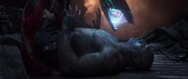 Stark amenaza con lastimar a Drax