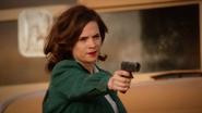 Carter utiliza un arma en el desierto