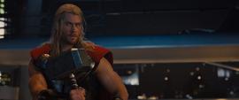 Thor recibe su martillo por Visión
