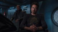 Stark escucha a Fury hablar de los ideales de Coulson