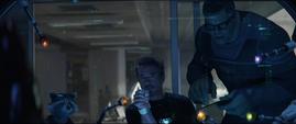 Stark coloca las Gemas en el Nano Guantelete