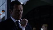 Mace le ordena a Simmons que salve a May