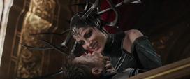 Hela amenazando a Thor