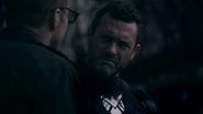 Mace dándole consejos de la misión a Coulson