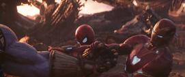 Stark y Parker jalan el Guantelete de Thanos
