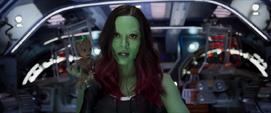 Gamora con Groot en su hombro