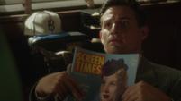 Sousa con una revista