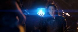 Loki le muestra el Teseracto a Thanos