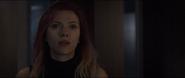 Romanoff viendo a Lang a través de la pantalla