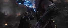 Thor intenta detener a Thanos de obtener el Nano Guantelete