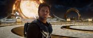 Peter viendo a Gamora usar el arma