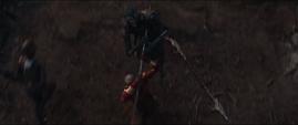 Okoye empala con su lanza a Glaive