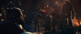 Thanos viendo a Loki con la Orden