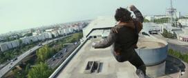 Bucky salta de un edificio