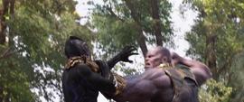Thanos a punto de golpear a Pantera Negra