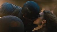 Capitan America y Peggy Carter besandose
