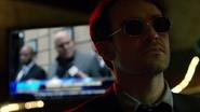 Murdock escucha a Fisk por televisión
