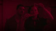 Stark y Carter revelando fotos