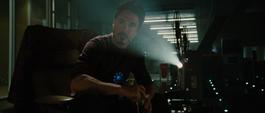 Stark viendo un video de Howard