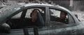 Lang y Stark en un auto abandonado