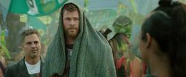 Thor encuentra a Brunnhilde en el desfile