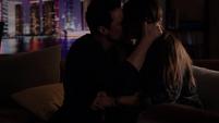 Skye y Ward comparten un beso