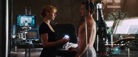 Potts y Stark en el taller de la casa