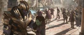 Thanos le enseña su filosofía a Gamora