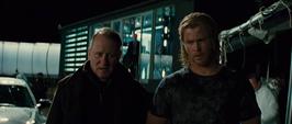 Thor y Selvig dejan la instalación de SHIELD