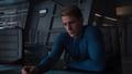 Steve Rogers viendo las cartas de Coulson