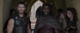 Thor aprende la situación de Asgard por Heimdall