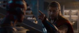 Thor señala la Gema de la Mente
