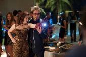 Romanoff con el guante de Stark