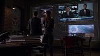 Skye y Coulson viendo las noticias sobre Christian Ward