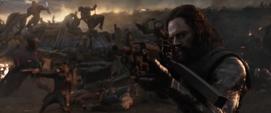 Barnes y Rocket le disparan a los enemigos