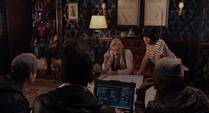 Pym le explica un mapa al equipo