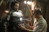 Stark y Yinsen probando el traje