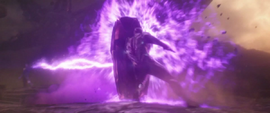Stark usa escudo para protegerse de Thanos
